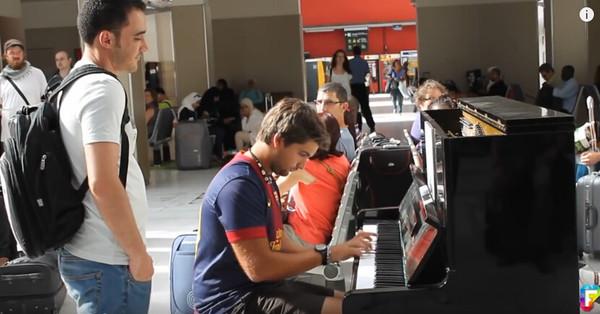 白衣男子專注得看著鋼琴師的一舉一動,然而下一刻男子的一個舉動讓所有在場的人都感覺到無比幸運!