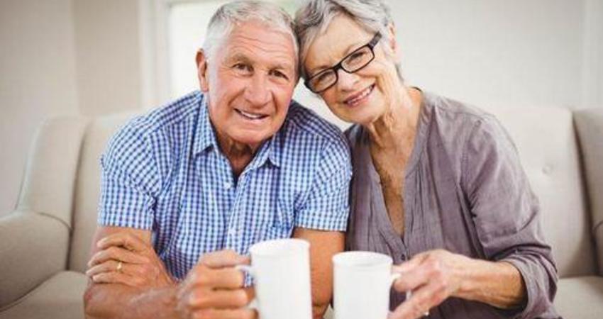 為什麼上歲數後容易有老年斑?營養師建議:多吃這2種食物能抵抗