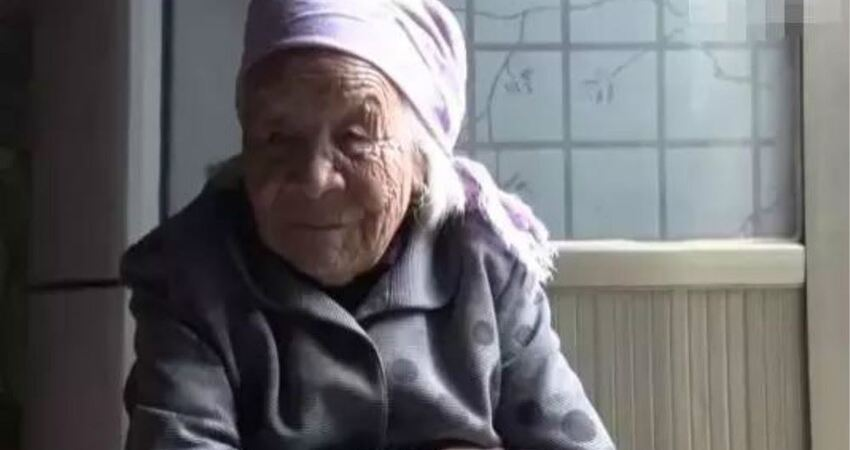 百歲老人不杵拐杖,透露養生方式:睡眠很重要,每天睡十幾個小時