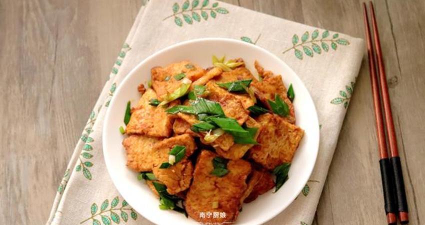 媽媽燒豆腐時多了這個步驟,吃起來又香又嫩,每次做都覺得吃不夠