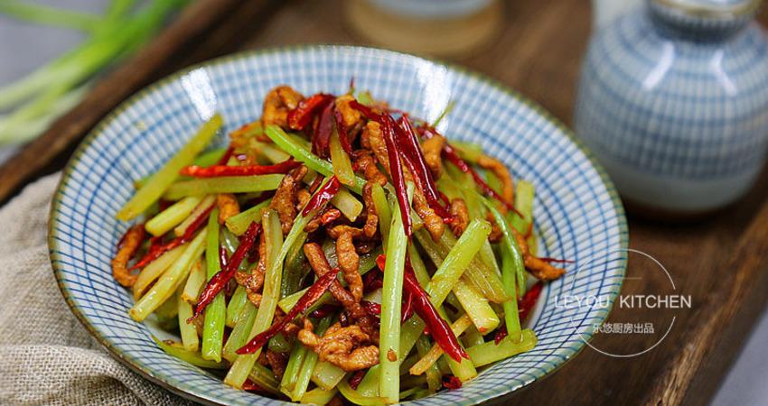 芹菜炒肉這樣做,肉絲焦香,芹菜脆嫩,連辣椒都是酥香的