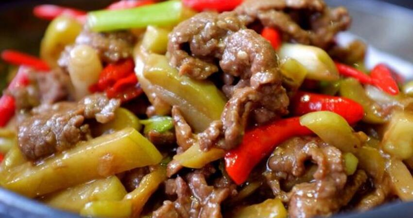 炒牛肉,應該用涼油還是熱油?很多人用錯,難怪牛肉嚼不動