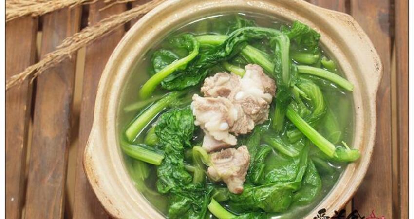 家常的春菜排骨煲,葉碧綠,梗軟甜,怎會不好吃
