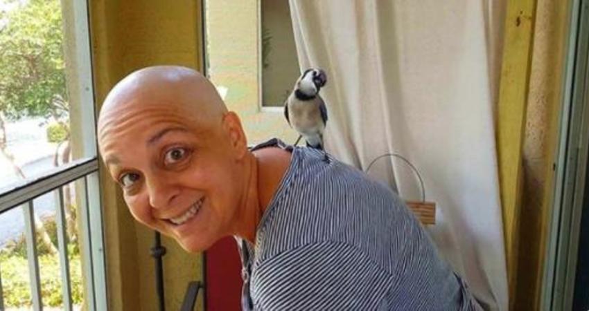 女子救了一隻小鳥就把牠野放「以為再也不會遇見」,當她罹癌時…小鳥竟回來用「這種方法」治癒她!